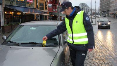 Parkimiskontrolör Stavangeris. FOTO: MARI FRIESTAD / NRK